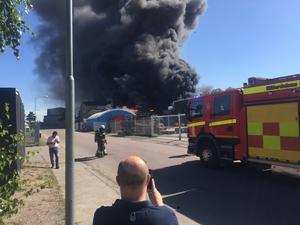 En kraftig rökutveckling spred sig i samband med den stora industribranden i slutet av maj 2017.