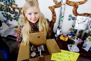 """Ett jättefint kartonghus med en alldeles egen stjärnhimmel. Det har Anna Königsdotter, 8 år, skapat under en lektion på Odenslundsskolan. """"Här är en vit mus som tittar på himlen genom en stjärnkokare"""", berättar Anna, som också har ett klimattips att dela med sig av: """"Man ska inte slänga saker ute i naturen"""", säger hon bestämt."""