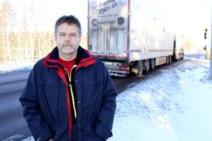 Mats Graaf vill få bort riksvägstrafiken från Persbo och Gräsberg. Nu befarar han att nya vägstudien ska innebära en renässans för det gamla förslaget om breddning av riksvägen och uppsättning av mitträcken.