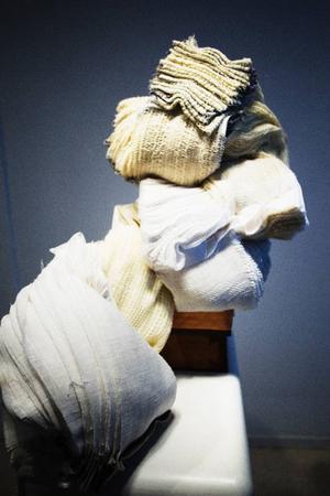 Skulpturer av tyg möter betraktaren på Galleri S.