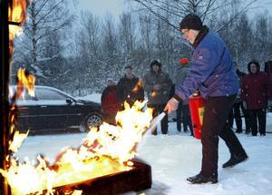 Hörkenborna har fått utbildning i brandskydd. Oskar Martinsson var en av dem som provade på att släcka eld med brandsläckaren.bild: annika nygren-berg
