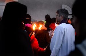 Vid kyrkan väntade prästen Pontus Gunnarsson för att ta emot eleverna.