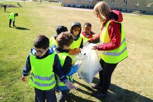När barnen hittade skräp så sprang de direkt till någon av lärarna som höll i soppåsarna. På bilden är det förskolläraren Marlene Berg Jansson som håller i säcken.