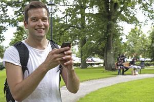 Ute på jakt.  Gabriel Wikström står mitt i Vasaparken med mobilen i högsta hugg när han jagar Pokémons. Foto:  Sandra Fonnisson