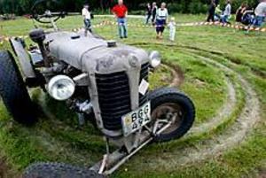 Foto: FRANK JULIN Snurrigt. Den här traktorn tillbringade större delen av dagen med att köra runt i cirkel för egen maskin.
