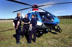 Letar från luften. En polishelikopter från Stockholm sökte både på tisdagen och onsdagen efter den saknade 19-åringen i Enviken.