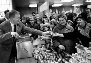 Thore Skogman var dragplåster när den nya, moderna snabbköpsbutiken öppnade på Vintergatan. Skogman sjöng och delade ut varm korv – i papper utan senap. Den omåttligt populära sångaren var också på plats de tre gånger butiken byggts ut och nyinvigts.