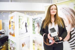 Agnes Archén säljer fotosessioner och gör ofta porträttfotograferingar och en del bröllop.