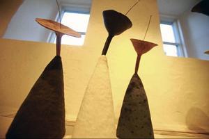 Vaser, blomformer och skålar och kransar blandas i det lilla utställningsrummet på Drejeriet där Bibbi Forsmans keramik visas just nu.
