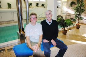 Badsamordnaren Britt-Louise Forsberg och Göran Forsberg, reumatikerföreningens ordförande, är glada över beskedet från Erika Engberg (S).