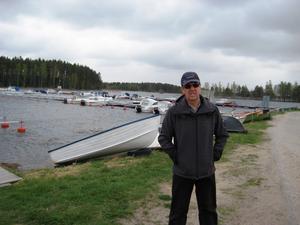 I går var det kallt värre i Trebo hamn. Men högsäsongen är inte långt borta för hamnchefen Kjell Bergström och andra båtentusiaster.