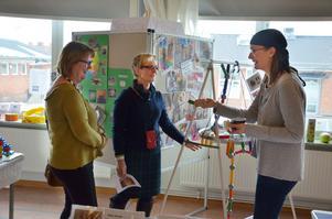 Lotte Persson och Marie Plomér lyssnar när Magdalena Stenmark berättar om matematik och teknik.