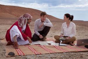 Att plantera in lax i Jemen är inte det enklaste. Men det hjälper om man är en stenrik excentrisk shejk. På bilden: Amr Waked, Ewan McGregor och Emily Blunt.