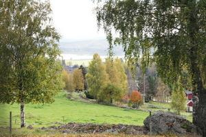 Vid Bösa har man denna vackra utsikt ut över Voxnadalen. Utsikten får man liksom på köpet, när man vandrar runt med Rune Callberg och han berättar om de olika soldattorpen på Hian. Han har även dokumenterat de husgrunder som numera är det enda som finns kvar av många torp.