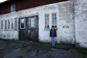 Carina Dahlblom har återvänt till stallbyggnaden i Valbo. För drygt 30 år sen såg hon och kompisen Susanna en gumma sitta lutad mot den här väggen. Vad som hände därefter glömmer de aldrig.