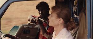 Isabelle Huppert spelar Maria, en kaffeplantageägare i ett afrikanskt land som vägrar att lämna sina ägor trots att en blodig konflikt smyger sig allt närmare. Foto: Folkets Bio