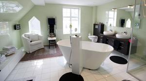Ett badrum att njuta av bubblor i.