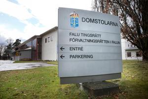 En man åtalas vid Falu tingsrätt misstänkt för sexuellt ofredande, övergrepp i rättssak samt två fall av hot mot tjänsteman.