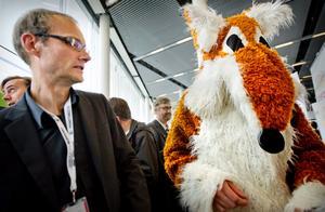 Hoppsan, vad dyker upp här? Skådespelaren Peter Kjellström fick en kram från ett oväntat fan.