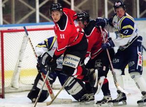 Första säsongen i division 1 blev i Hudiksvall där Patrik svarade för 37 poäng under sin debutsäsong. Här framför mål med en annan HHC-profil: Yngve Gustafsson.