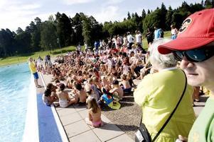 SAMLING. Innan barnen fick visa upp sin simkunnighet testade simläraren om de även lärt sig hur man ska bete sig i närheten av vatten.