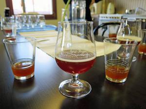Ölet i det rundade glaset har kolsyra, medan det ännu saknas i de andra glasen.
