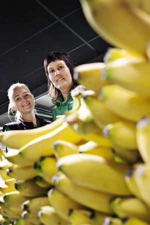 Elin Öberg och Gunilla Ericsson ansvarar för frukt och grönsaker och köper numera enbart in ekologiska bananer med krav-märkning. De vill också köpa Fairtrade-bananer men de är svåra att få tag på nu.