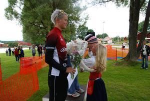 Säterjäntan Petra Runvik delar ut en kram till vinnaren i damernas seniorer Åsa Annerstedt. Två och trea kom Emelie Gunnarsson och Haneke Boon.