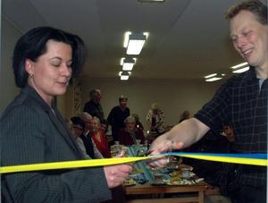 Abbe Ronsten och Lotta Bergstrand (FP/L), vice ordförande i kommunstyrelsen, klipper band och inviger ett äldreboende på Åsen i Säter, februari 2008.
