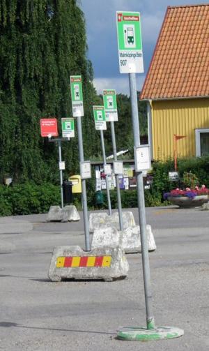 Malmköping. Bokens huvudperson Allan Karlsson tar sig till busstationen i samhället där han – med en nyss överkommen resväska – köper en biljett.