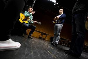 Patrik Zackrisson och Mats Eklund repeterar på ett sångnummer inför premiären av Östersundsrevyn.