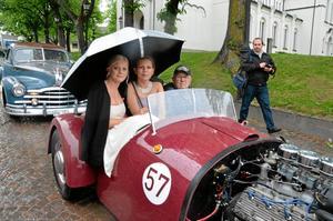 Elin Axarp och Jenny Jansson från Lindesberg kurade ihop sig under ett paraply i farfar Franks racerbil från 50-talet.