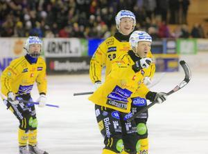 Stefan Larsson gav Broberg ledning på hörna i den 7:e minuten.