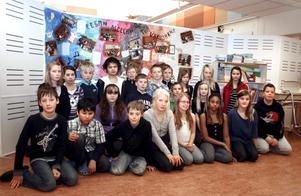 Klass Rönnen 5 på Stocksätterskolan är först ut med att få sitt musikstycke framfört av Svenska kammarorkestern i Örebro. I bakgrunden syns den stora teckning som ska sitta i konserthusets foajé.