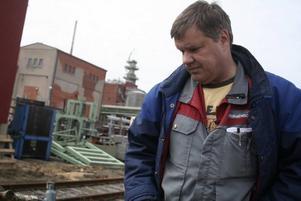Plågsamt. Pappers ordförande Örjan Larsson vill helst inte se på när fabriken rivs ner. Minnena av hur arbetarna lade ner sin själ i att laga och fixa så att allt skulle fungera, känns bittert nu när allt krossas.