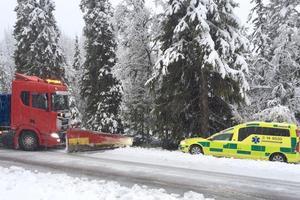 Plogbilen fick bärga ambulansen som glidit av vägen i det mycket hala väglaget  vid Frösjön.