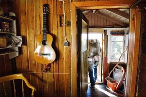"""Asger upptäckte musikens terapeutiska kraft tidigt i livet. Redan som vilsen tioåring spelade han både gitarr och munspel. I dag blir det mest covers, men han har också alltid gjort egna låtar.""""Men jag skriver aldrig ner dem och glömmer lätt"""", säger han."""