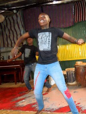 Musik och dans står dagligen på schemat på Wayo Wayo och fritidsgårdens ungdomar bjuder besökare på en föreställning som sprudlar av glädje och livslust. Foto: Kjell Ahnfelt