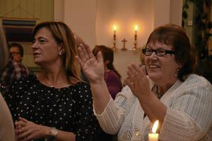 Medryckande. Anneli Wiberg-Ericsson och Doris Lennartsson sjöng och klappade med i de kända låtarna.
