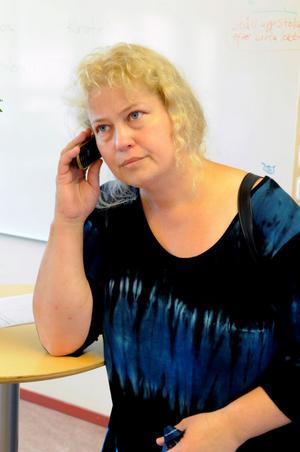 Anneli Persson tycker inte hon fick något riktigt gehör när hon ringde till SOS-alarm för att få hjälp med en man som inte var kontaktbar.