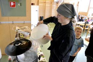 Vattenpåfyllning. Sophie Björkqvist fyller på dricksvatten.