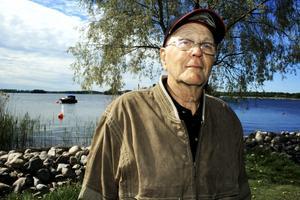 Saknar brygga. Kommunen har skött proceduren med att rensa Strandparken på bryggor riktigt dåligt, säger Sören Eriksson. Han och andra tidigare bryggägare vet inte var de ska göra av sina båtar.BILD: JESSICA UHLIN