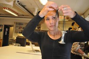 Av ett cykelnav och sytråd är konstnären Anna Rongedal i färd att skapa ett halssmycke.