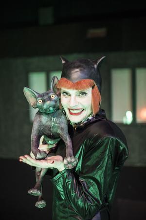 Raskatten Efraim och kattuppfödaren som spelas av Alexandra Zetterberg Ehn.