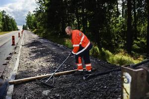 Semestervikarierande maskinföraren Magnus Krantz justerar den nya cykelbanan mellan Björke och Hille inför asfaltläggningen, ett av alla de vägjobb som pågår.Några år försenad räknar Vägverket nu med att den ska vara klar i augusti.