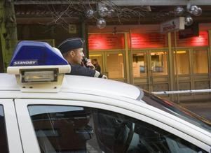 BÖRJADE SÖKANDET EFTER RÅNARNA. Cirka tio polismän ryckte ut och påbörjade spaningen efter rånarna.