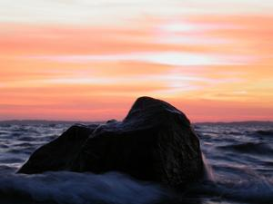 Jag och ett par god vänner har som tradition att ta en fisketur i Stockholm skärgård på sen hösten. Vi tycker vi har kämpta i alla år i tuft väder och ofta utan fisk. Men hur länge har inte den här stenen kämpat mot vågor och vädrets makter? Just den här kvällen i slutet av oktober var det en fantastisk solnedgång så både vi (och stenen tror jag) njöt.