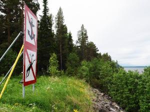 I stället för att ta bort gamla staket planeras nu i stället nya staket på Bynäset, alt för att inte besökare ska gå in i det gamla målområdet.