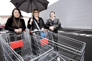 KUNDER. Lisa Thornberg, Madeleine Samuelsson och Alice Thornberg har köat sedan en halvtimme innan Willys öppnade. De är glada över den nya butiken.