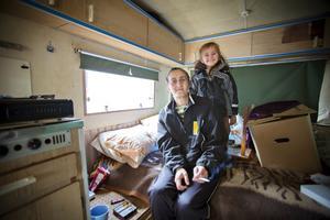 Hristina Ivanov och hennes man bor i en husvagn med dottern Nicol, fyra år. Här vet de att de i vart fall får ihop pengar till mat åt sitt barn varje dag. Så var inte alltid fallet när paret bodde kvar i Bulgarien.
